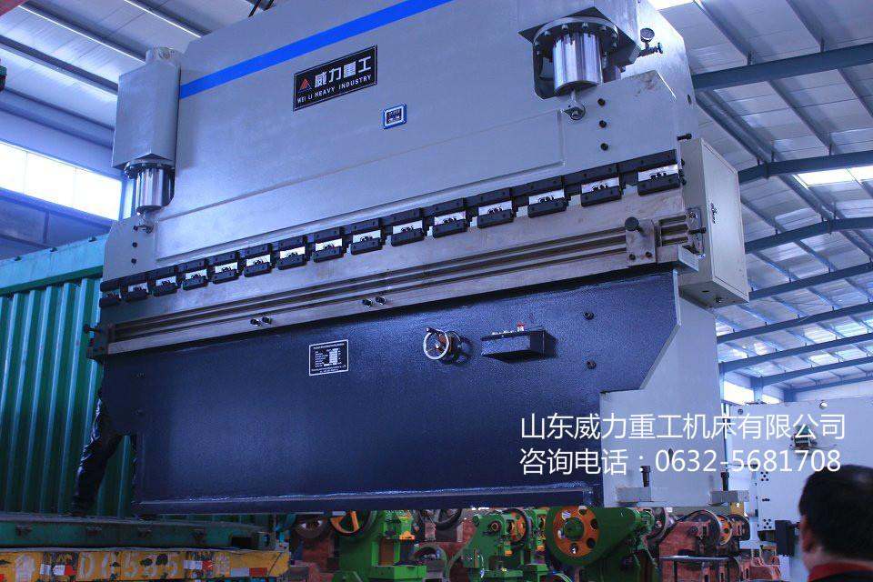 WC67Y-100/3200型液压板料折弯机液压系统的工作原理图.该系统采用流量为25l/min的定量柱塞泵,可实现空程快速下行、滑块慢速接近和加压、保压、卸压、回程和任意停止等动作。  (1)滑块快速下行 电磁铁3DT、4DT同时通电,液压泵输出的压力油经阀17进入液控单向阀8的控制腔将其打开,液压缸10下腔的油液便经阀8、阀6和节流阀7流回油箱,另一路经阀12流回油箱,滑块在自重作用下快速下行.